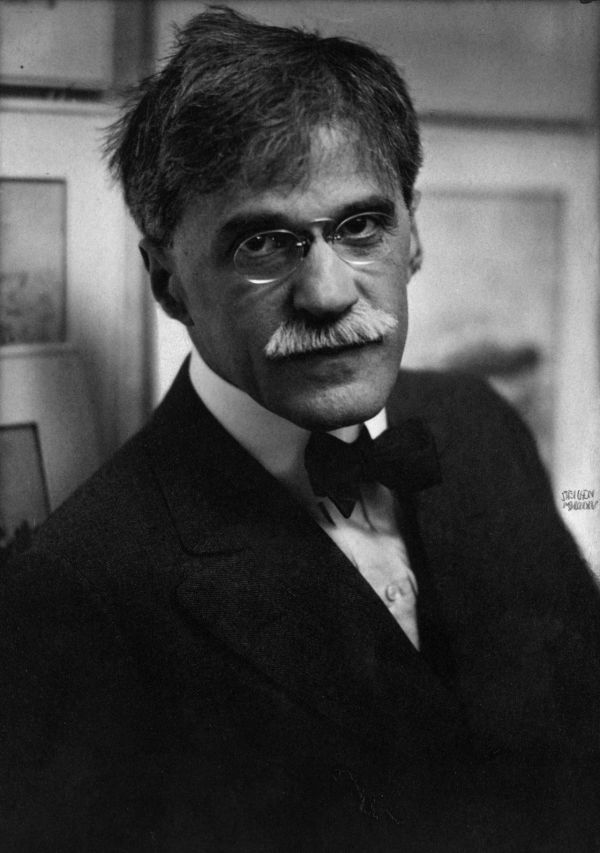 a biography of alfred stieglitz a photographer A comprehensive biography of alfred stieglitz, pioneering photographer, influential tastemaker, and husband of georgia o'keeffe, offers an intimate look at his brilliant circle of artists and intellectuals, his innovative work, and.
