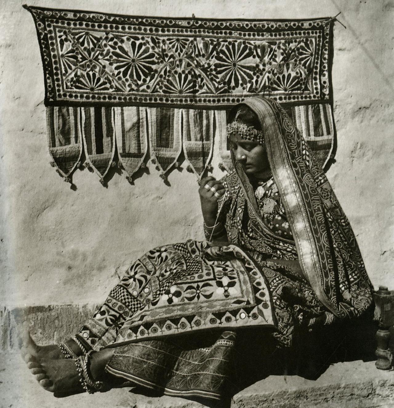 девушка ткет ковер Abidmian Lalmian Syed