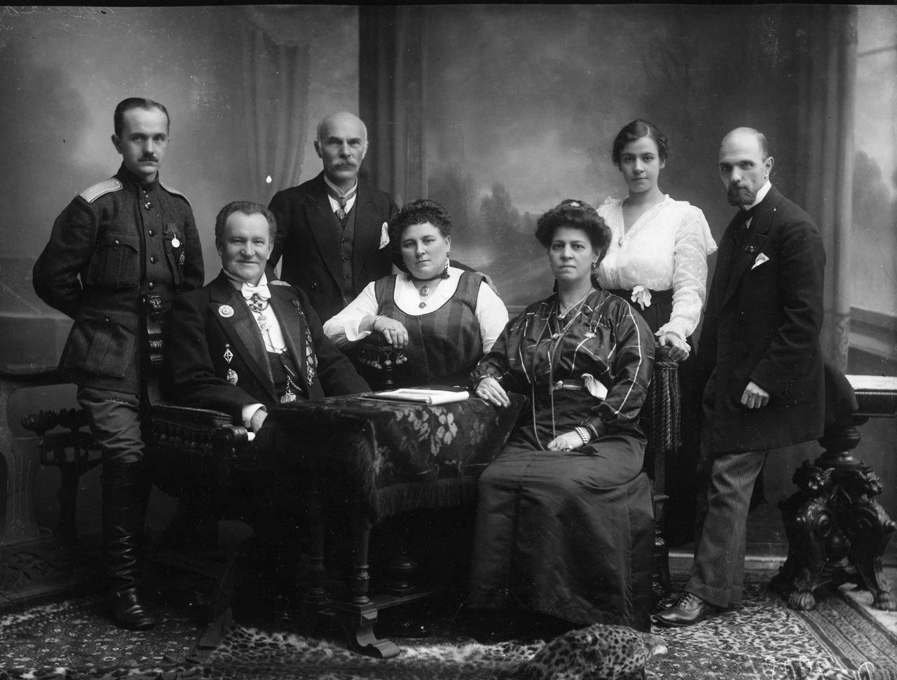 Карл Булла (стоит второй слева) с семьей