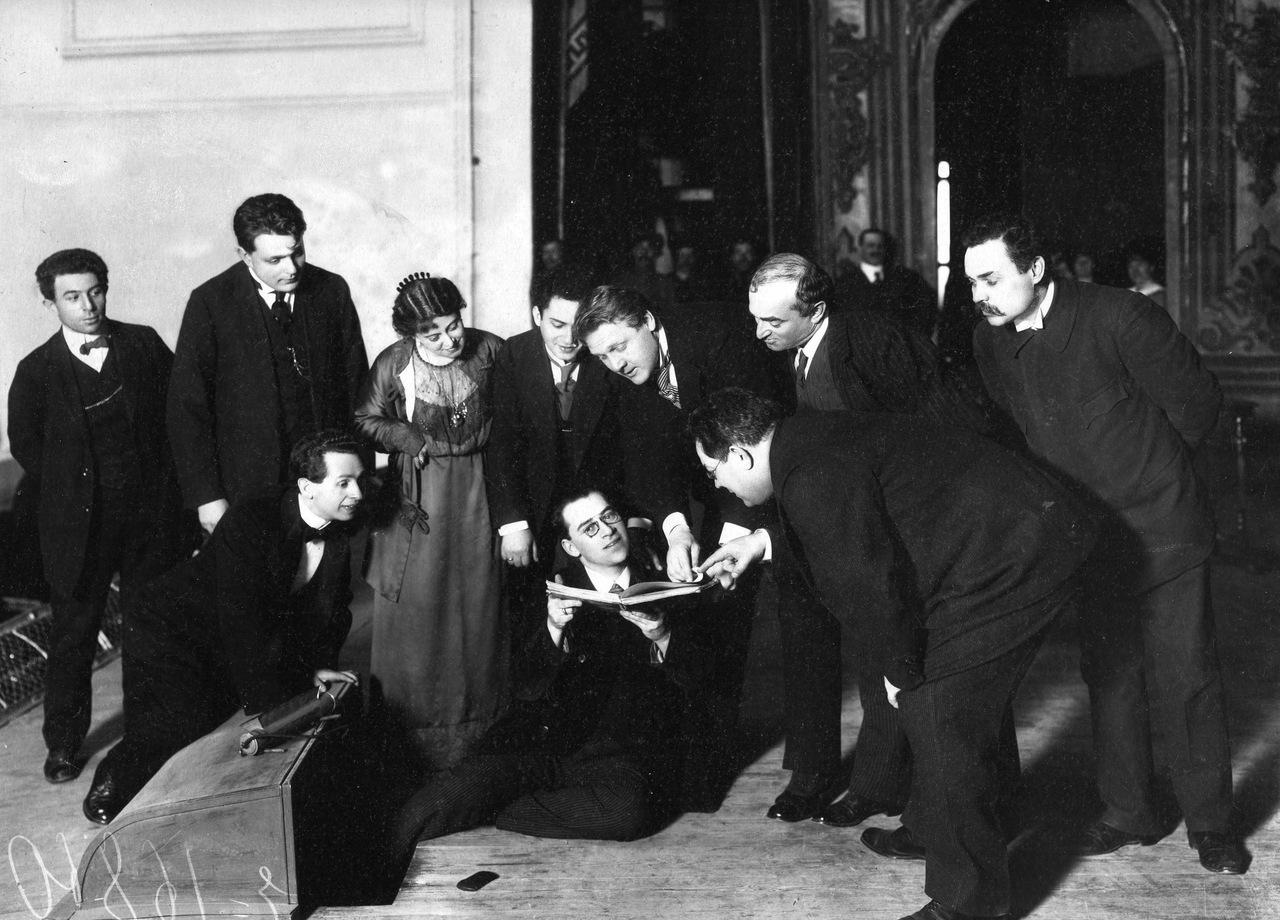 Карл Булла. Федор Шаляпин поет с листа на репетиции в зале народного дома.