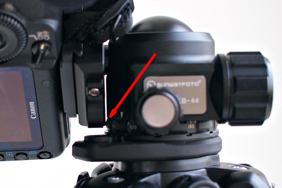 При наклоне фотоаппарата в портретной ориентации «челюсти» упираются в панорамное основание